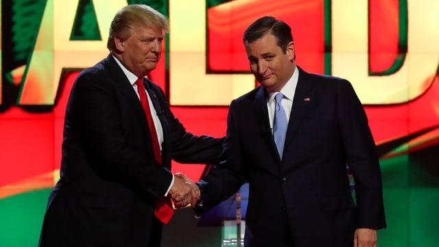Donald Trump (linke Seite) schüttelt die Hand von Ted Cruz
