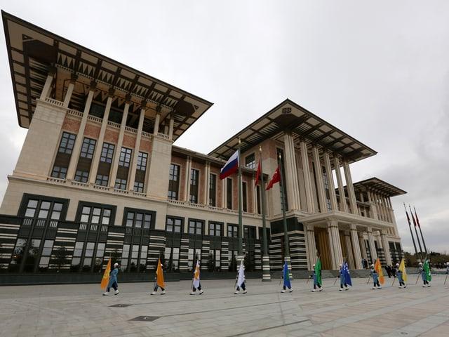Vor dem «Weissen Palast» in Ankara marschiert eine militärische Ehrengarde vorbei.