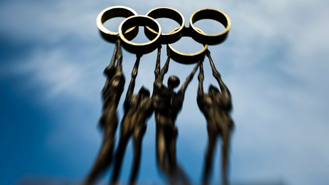 4 persunas che portan ils rintgs olimpics.