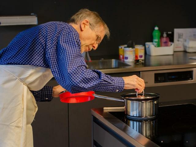 Kochneuling René Matter kocht in der Küche eine Tomatensauce