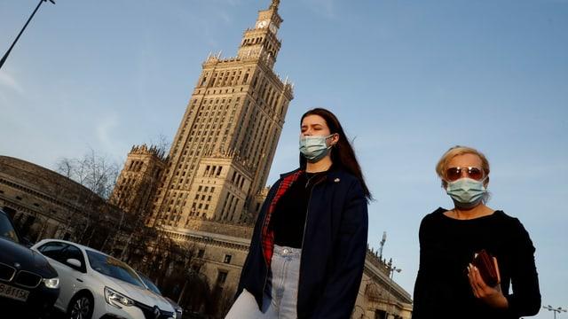 Frauen mit Maske in Warschau