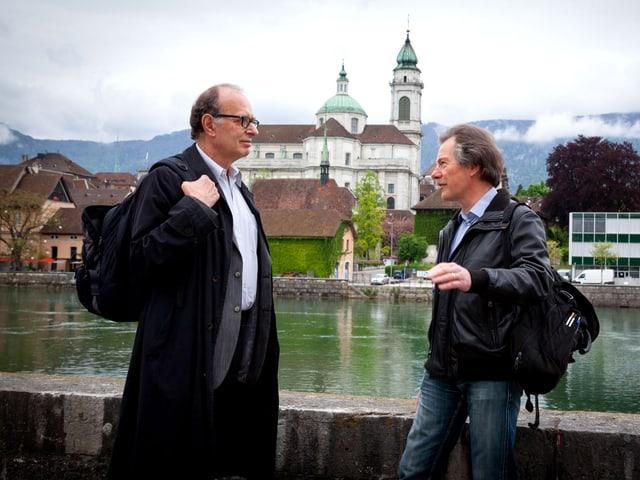 Zwei Männer am Fluss