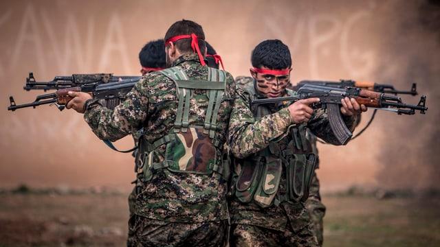Kämpfer der kurdischen Volksverteidigungs-Einheit YPG im Training.