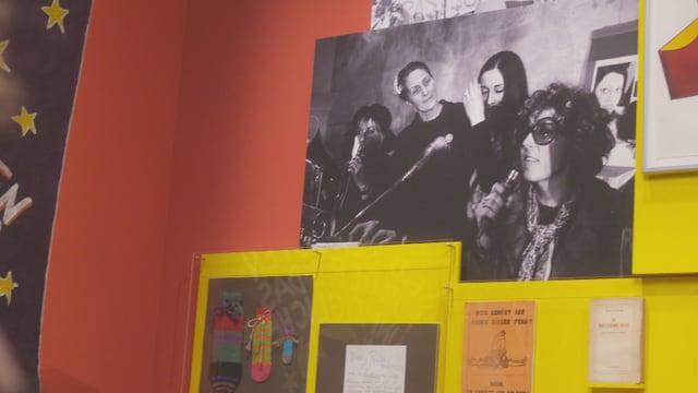 Schwarz-weiss-Foto an der Wand mit Frauen am Mikrofon.