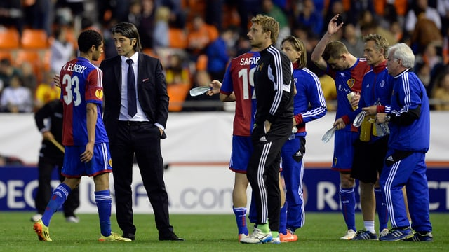 Enttäuschte Basler Spieler und Trainer nach einem 0:5 in Valencia.