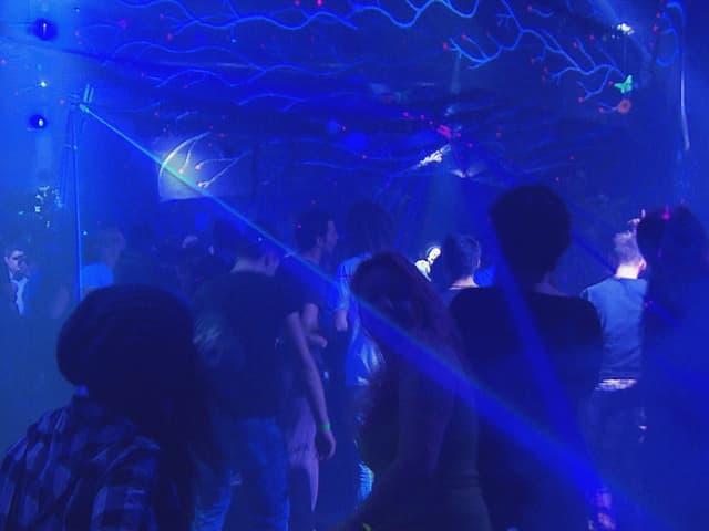 Tanzende in Diskothek.