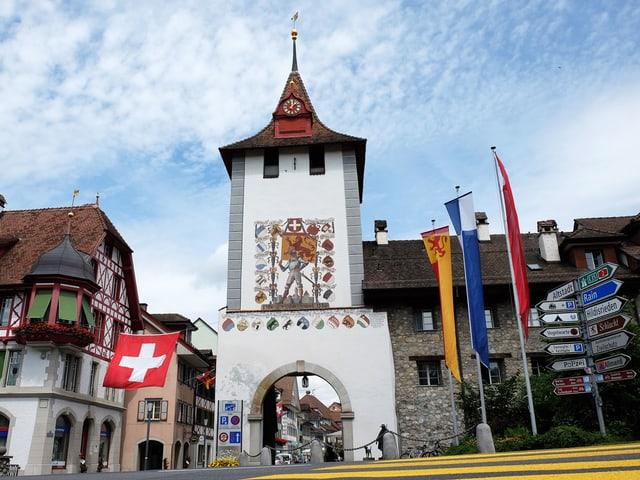 Ein historischer Turm am Eingang zur Altstadt von Sempach.