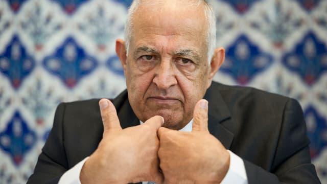 Hisham Maizar während einer Pressekonferenz. Er faltet die Hände aneinander.