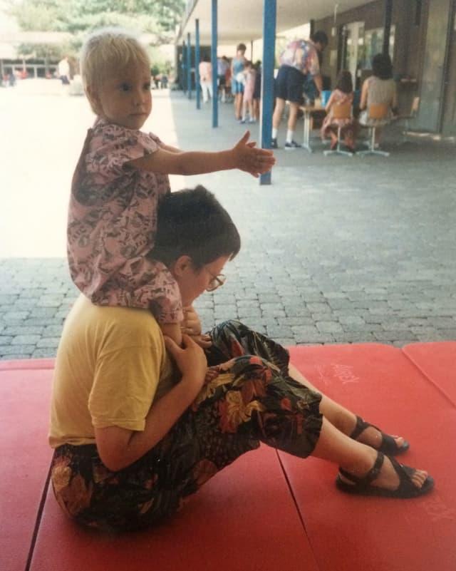 Blond war ich schon immer. Hier wurde gerade mein Bruder eingeschult, ich war ca. zwei Jahre alt und durfte mit meiner Mutter einen Buchstaben simulieren (welchen bloss?!).