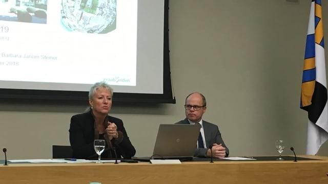 La ministra da finanzas Barbara Janom Steiner ed il schef da l'administraziun da finanzas Andrea Seifert.