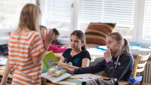 3 scolaras en ina stanza da scola
