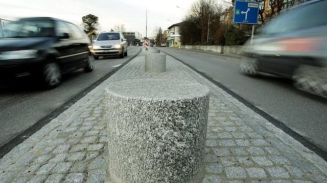 Frutigenstrasse Thun: Die vom Kanton gebauten Mittelpoller sind wieder weg, weil sie Polizei und Feuerwehr im Weg waren.