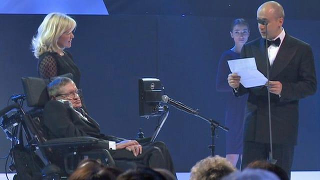 Der britischer theoretische Physiker und Astrophysiker Stephen Hawking bekommt von Juri Milner den Preis verliehen..