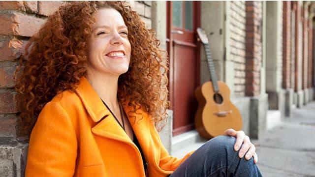 Rotes Haar und weisse Porzellanhaut - Shirley Grimes sieht aus wie der Prototyp einer Irin.
