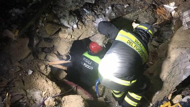 Graben unermüdlich weiter: Italienische Feuerwehrleute in der Gegend des Gran-Sasso-Bergmassivs.