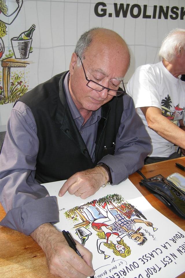 Georges Wolinski zeichnet eine Karikatur an der Fête de l'Humanité.