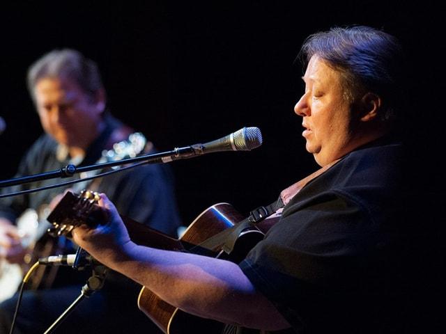 Uwe und Jens Krüger spielen Banjo auf der Bühne.