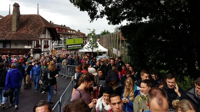 Menschen stehen in einer Schlange vor der Gurtenbahn.