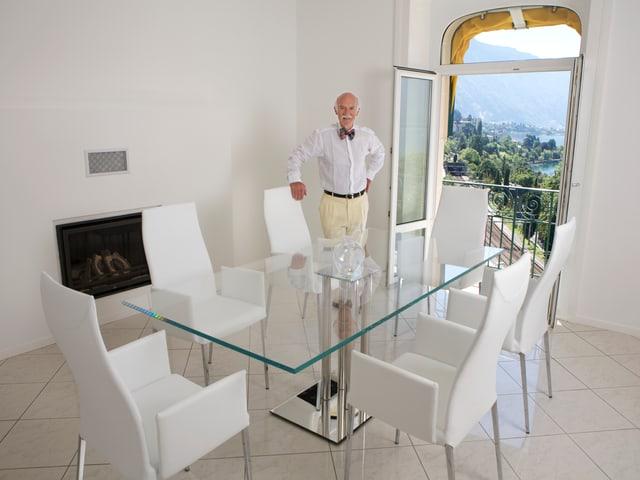 Anton Mosimann  in seinem Esszimmer