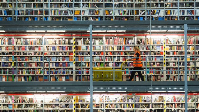 Regal mit tausenden von Büchern.