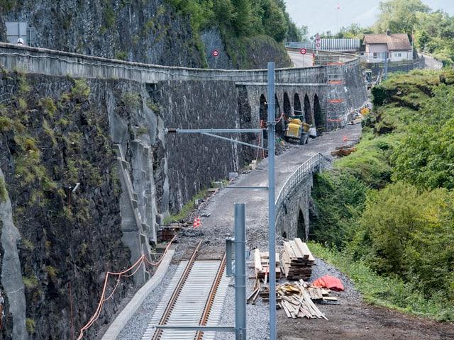 Baustelle mit Bahngeleise und Tunnel.