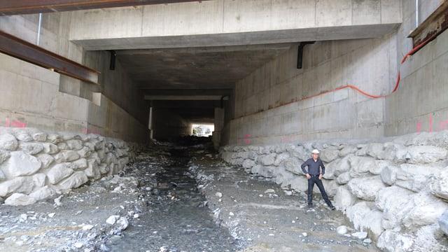 Peter Heuscher en il tunnel.