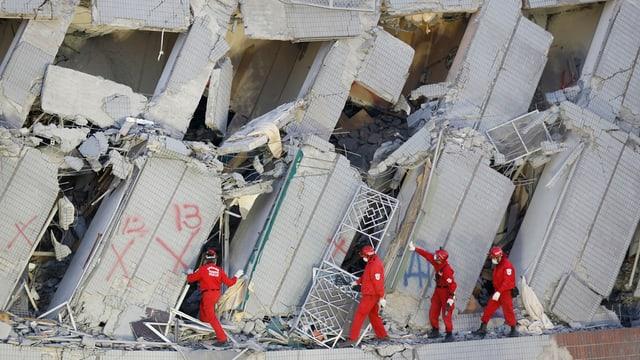 Las forzas da salvament tschertgan in access al bajetg demolì a Tainan.