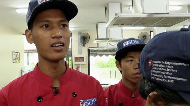 Ein junger Mann arbeitet in einer Küche.