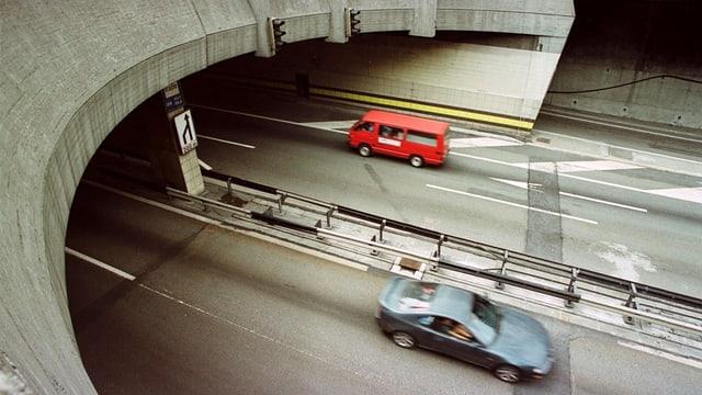 Autos fahren in den Gotthardstrassentunnel.