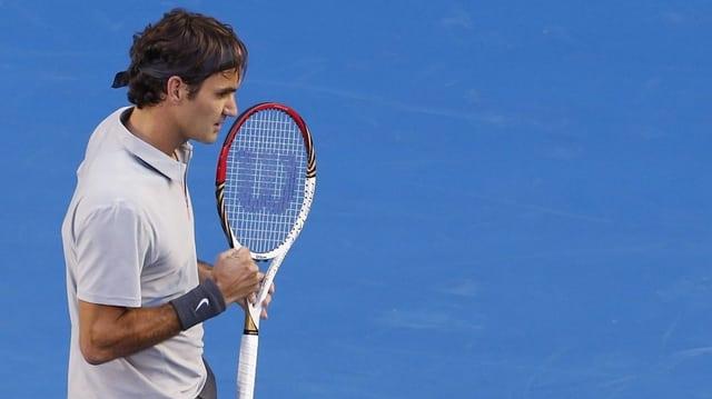Roger Federer sin ina plazza da tennis.