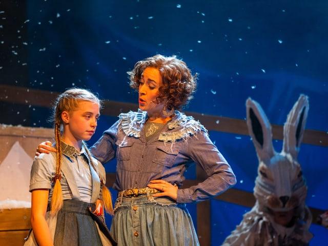 Frau und Kind stehen zusammen auf der Bühne.
