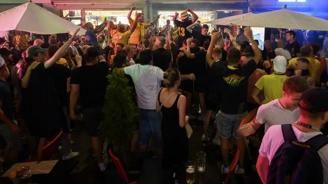 YB-Fans feiern auf den Berner Strassen den Meistertitel.