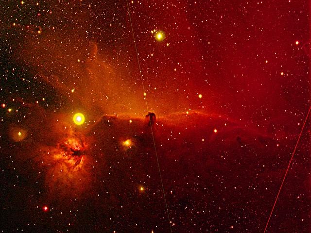 Oranger Nebel, einige ganz helle Sterne.