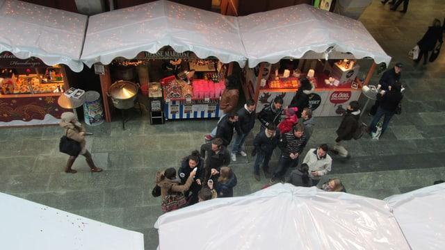 Marktstände in der Bahnhofshalle Luzern
