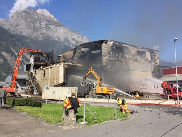 Eine zerstörte Industriehalle nach einem Grossbrand.
