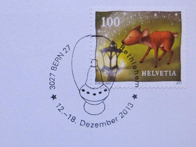 Eine Briefmarke mit einem Stempel drauf.