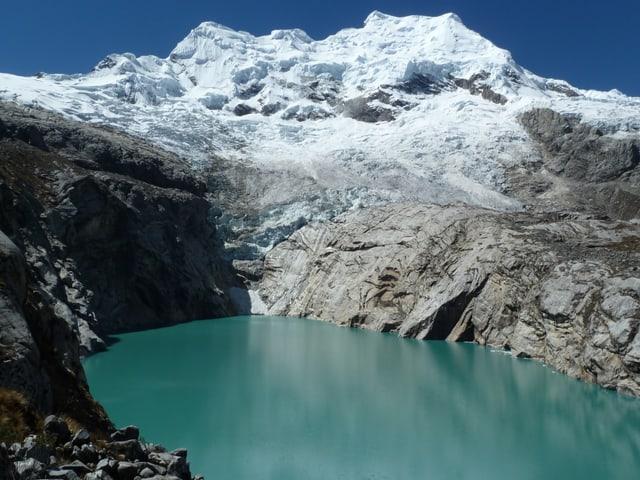 Im Hintergrund der Hualcan-Gletscher, der den türkisblauen See im Vordergrund speist.
