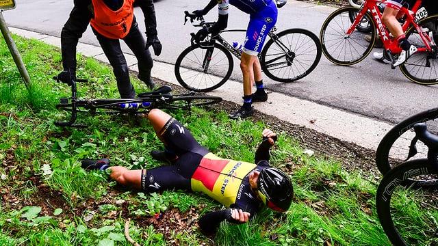 Philippe Gilbert liegt nach seinem Sturz neben der Strasse.