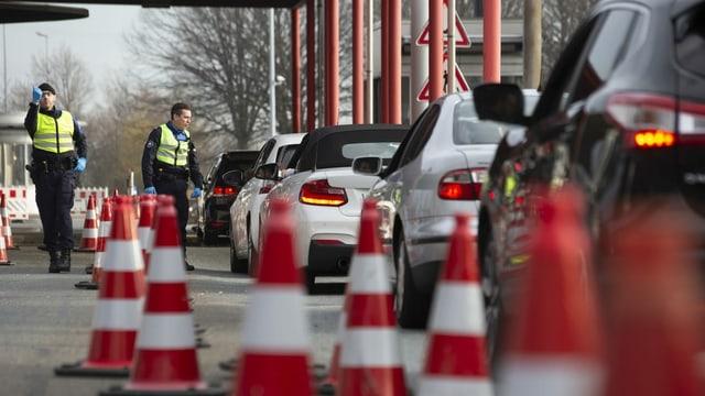Autos an Grenze, Polizisten kontrollieren