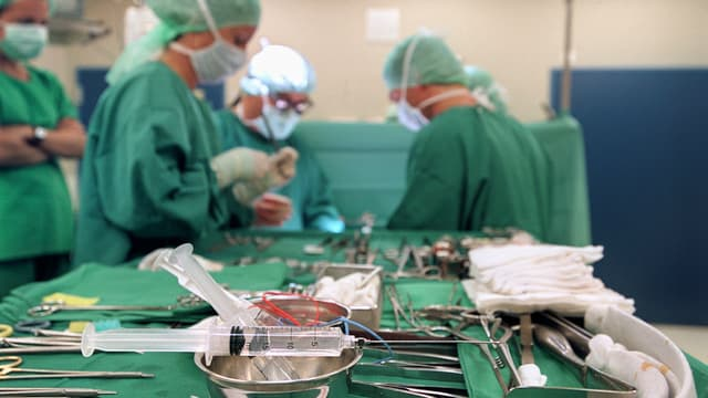 Ärzte im Basler Unispital am operieren