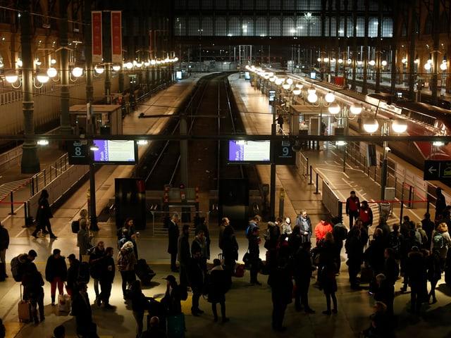 Wartende am Gare du Nord.