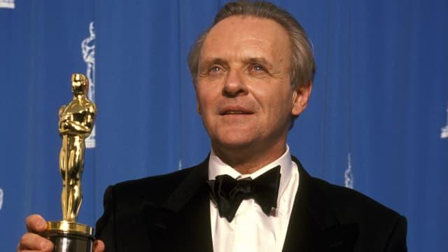 Mann mit Oscar Statue