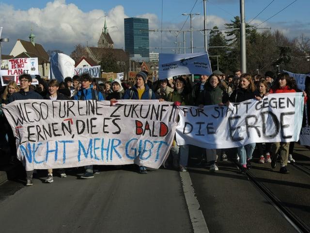 Demonstration im Sonnenschein auf der Wettsteinbrücke.