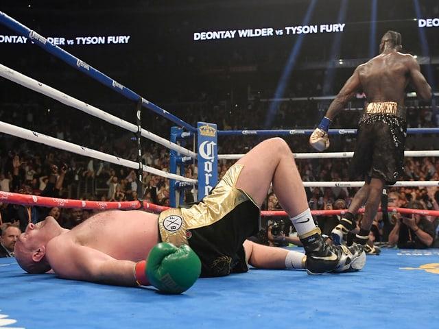 Tyson Fury liegt nach einem Treffer am Boden
