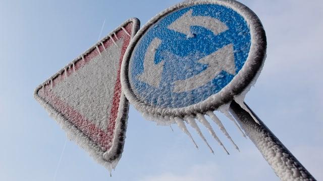 Verkehrsschilder mit Eis bedeckt.