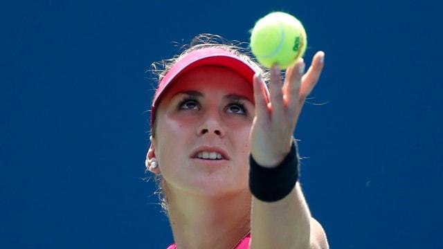 Belinda Bencic richtet den Blick beim Ballwurf nach oben.