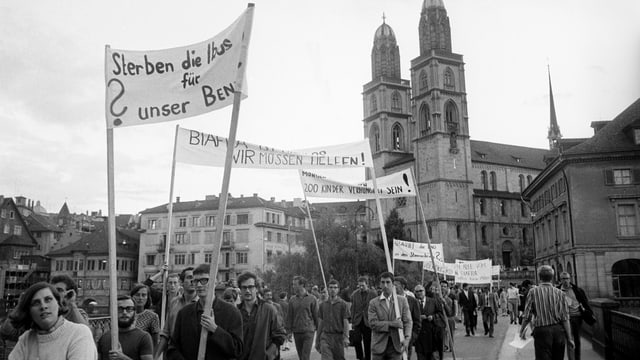 Personen mit Transparenten vor dem Grossmünster.