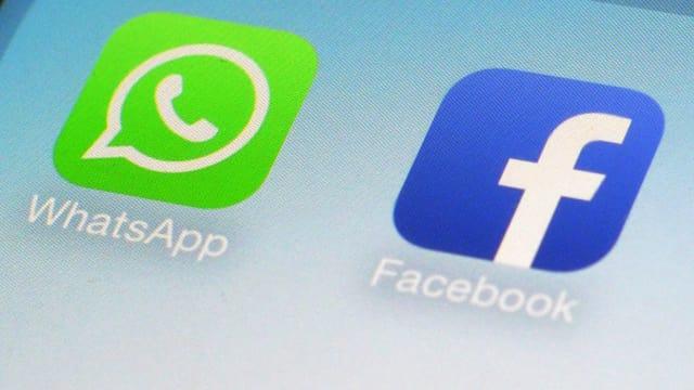 Logo von Whatsapp und das von Facebook auf einem Display