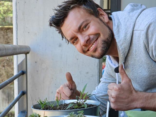 Michel Birri mit seinen neuen Balkonpflanzen