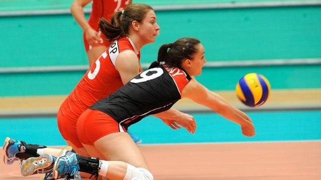 Laura Tschopp (links) und Libera Nadine Jenny versuchen, einen Smash der Dominikanerinnen abzuwehren.